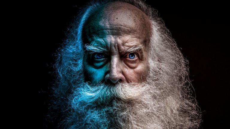 白髪の老人